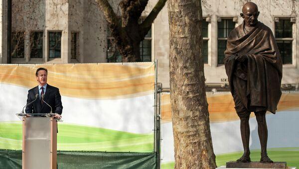 Британский премьер Дэвид Кэмерон у памятника Махатме Ганди