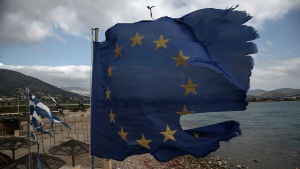 Порванные ветром флаги ЕС и Греции в Афинах