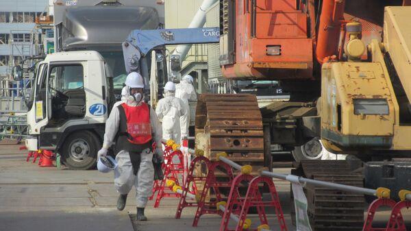 Ликвидаторы около 4 блока АЭС Фукусима. Архивное фото