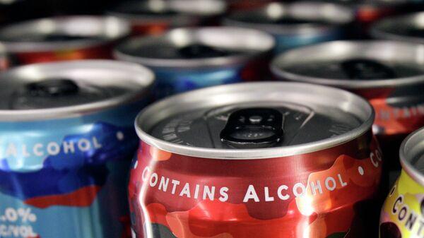 Слабоалкогольные энергетические напитки на полке магазина. Архивное фото