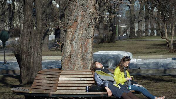 Горожане отдыхают в Парке культуры и отдыха имени Горького в Москве