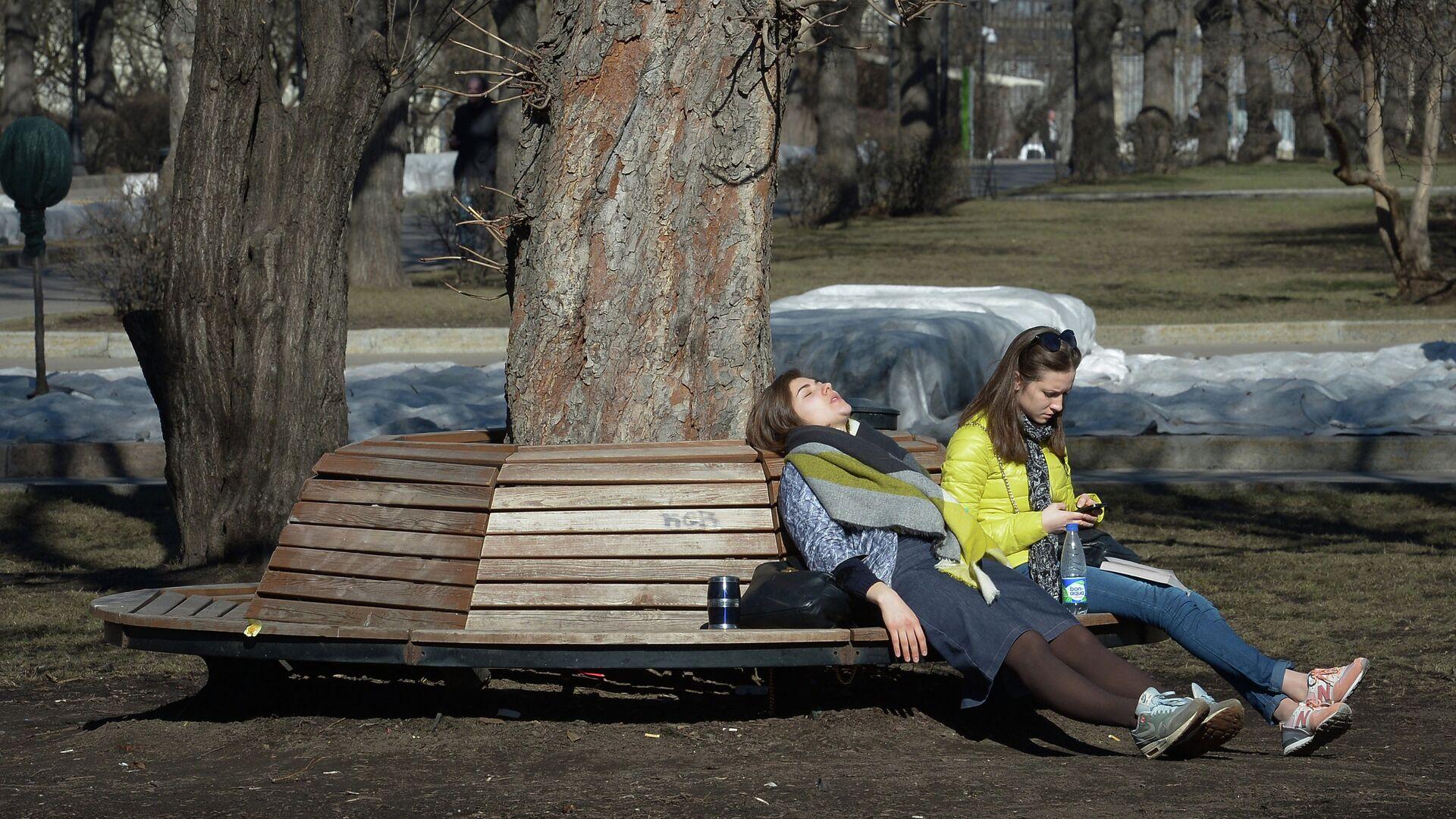 Горожане отдыхают в Парке культуры и отдыха имени Горького в Москве - РИА Новости, 1920, 18.03.2021
