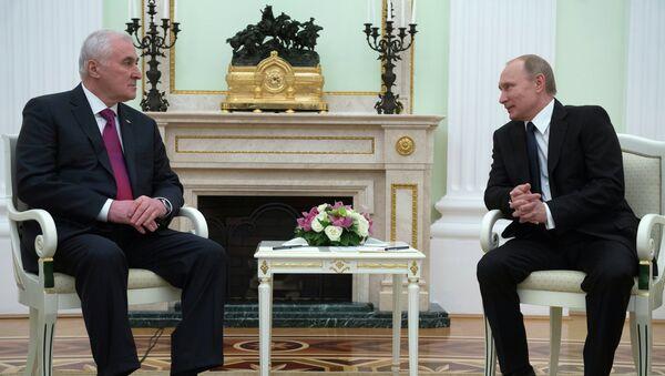 Президент России Владимир Путин (справа) и президент Республики Южная Осетия Леонид Тибилов во время встречи в Кремле. Архивное фото