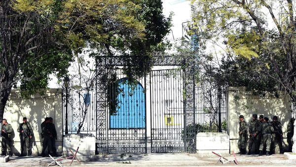 Вооруженные силы Туниса возле здания музея, где произошел теракт. Архивное фото