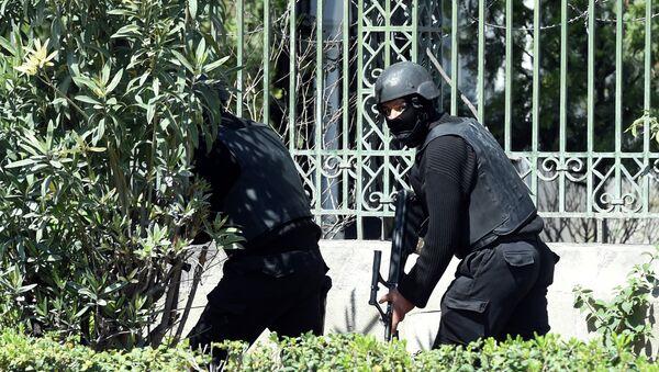 Силы безопасности Туниса у национального музея. Архивное фото