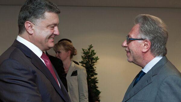 Петр Порошенко (слева) с председателем Венецианской комиссии Джанни Букиккио в Страсбурге