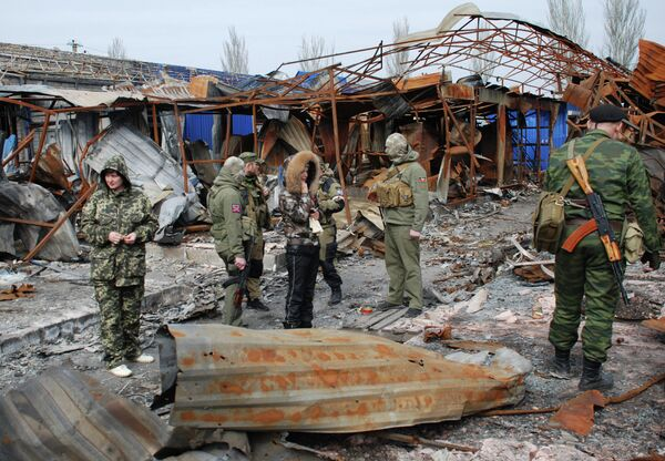 Ополченцы ДНР на территории разрушенного рынка в Петровском районе Донецка