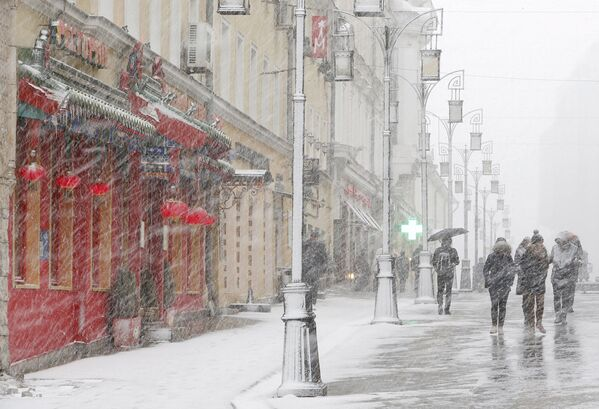 Люди во время снегопада в Москве. Март 2015