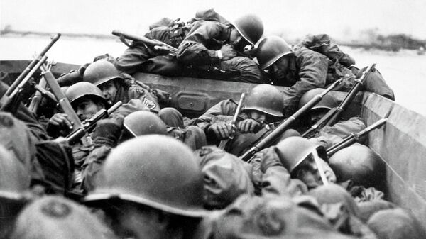 Американские солдаты форсируют Рейн во время Рурской операции
