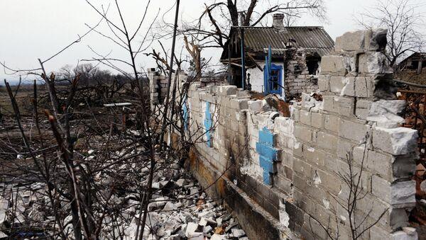 Разрушенная постройка в поселке Логвиново Донецкой области. Архивное фото