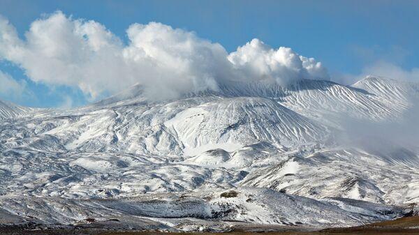 Вид на действующий вулкан Горелый, расположенный на юге Камчатк