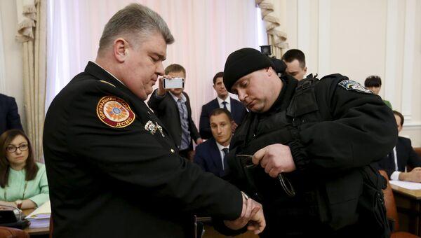 Полицейский надевает наручники на главу ГСЧС Украины Сергея Бочковского. Архивное фото