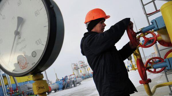 Работник Нафтогаза на газокомпрессорной станции Бобровницкая. Архивное фото