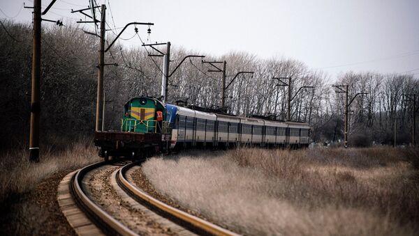 Поезд Ясиноватая-Луганск на участке железной дороги недалеко от Углегорска. 28 марта 2015