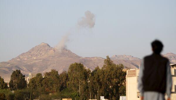 Дым после авиаударов по Сане, Йемен