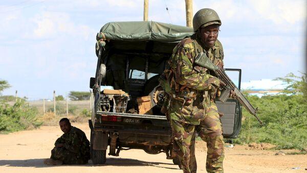 Солдаты сил обороны Кении на территории кампуса в Гарисса