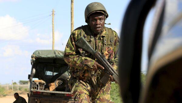 Солдат сил самообороны Кении возле университета в городе Гарисса, на которое совершено нападение