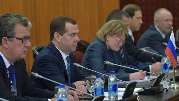 Председатель правительства РФ Дмитрий Медведев во время российско-вьетнамских переговоров в расширенном составе в Ханое, Вьетнам. Архивное фото