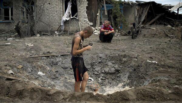 Местные жители в станице Луганская, подвергшейся авиационному удару вооруженных сил Украины, 2 июля 2014
