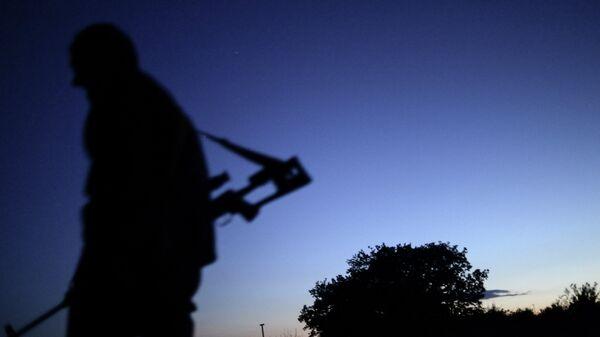 Боец ополчения ЛНР на окраине Луганска. Архивное фото