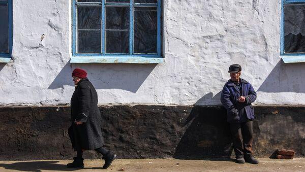 Жители в деревне недалеко от Углегорска. Архивное фото