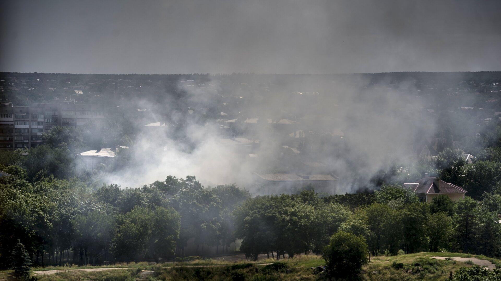 Пожар в одном из домов Луганска, загоревшемся в результате попадания снаряда во время артиллерийского обстрела города украинскими силовиками - РИА Новости, 1920, 01.10.2020