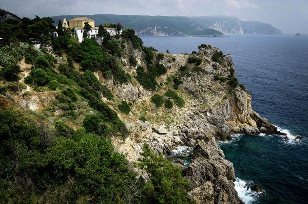 Вид на мужской монастырь Теотокос в городе Палеокастрица на греческом острове Корфу