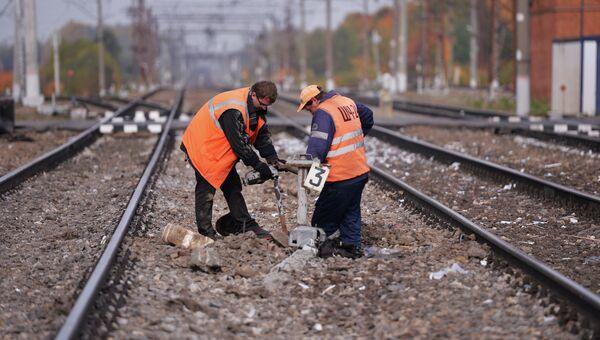 Рабочие на железных путях. Архивное фото