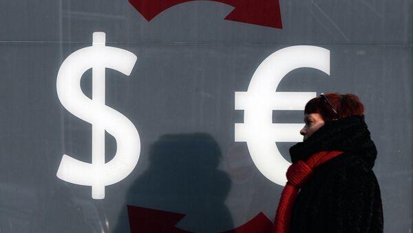 Знаки доллара и евро, архивное фото