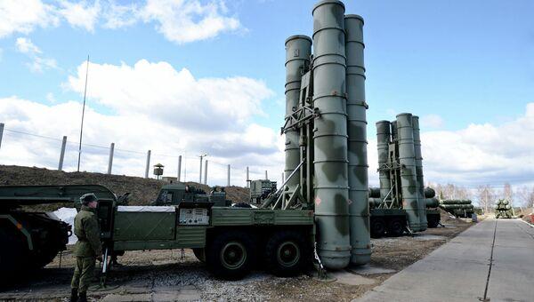 Зенитный ракетный комплекс Триумф С-400 во время несения боевого дежурства. Архивное фото
