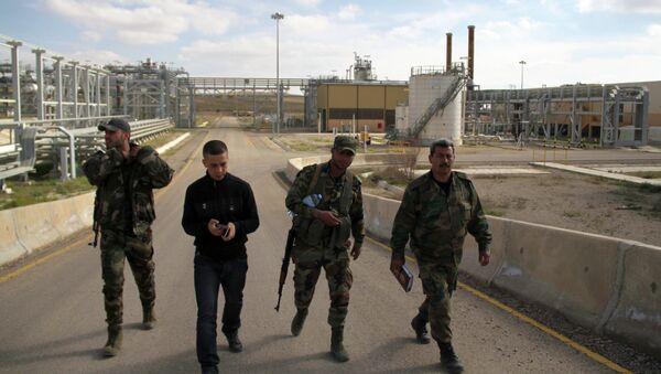 Сирийские военные на месторождении в провинции Ракка в Сирии. Архивное фото