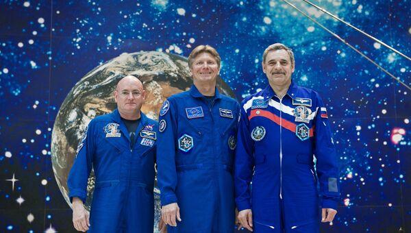 Астронавт НАСА Скотт Келли, космонавты Роскосмоса Геннадий Падалка и Михаил Корниенко (слева направо). Архивное фото