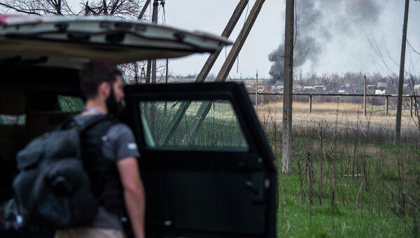 Наблюдатель ОБСЕ у бронированного автомобиля недалеко от аэропорта в Донецке. Архивное фото