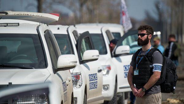 Наблюдатель ОБСЕ недалеко от аэропорта в Донецке. Архивное фото
