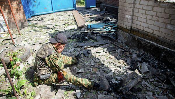 Ополченец в своем доме в поселке Семеновка, который был разрушен в результате обстрела украинскими военными