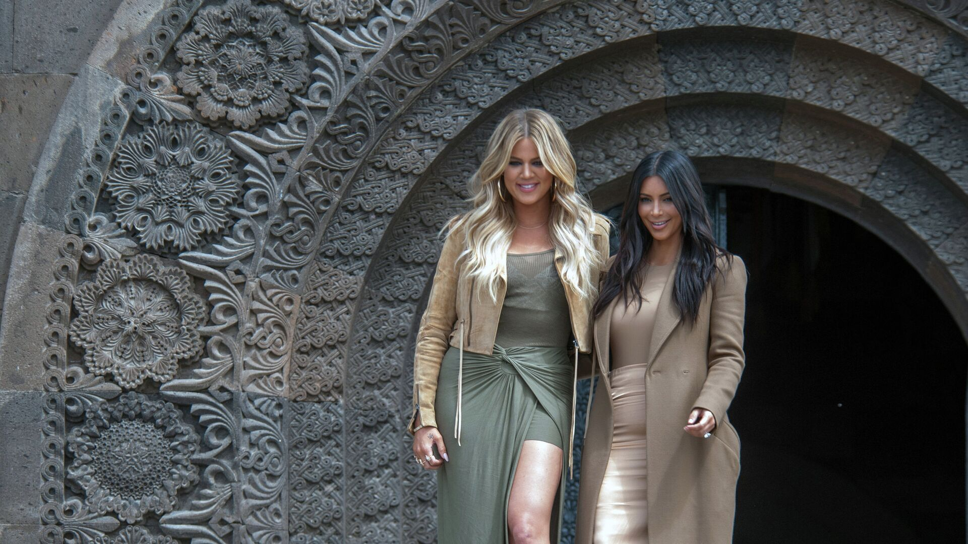 Американская модель, актриса Ким Кардашьян и ее сестра Хлоя во время памятных мероприятий в Ереване - РИА Новости, 1920, 29.10.2020