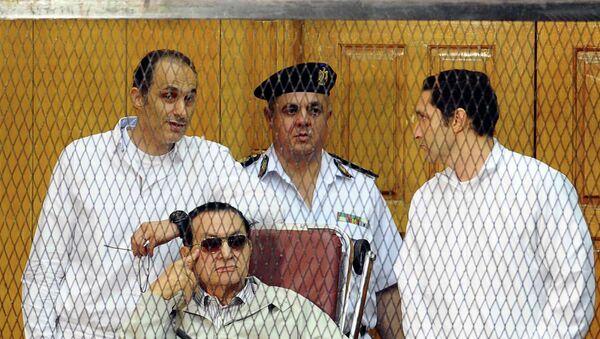 Хосни Мубарак с двумя сыновьями Гамалем и Алаа в суде Каира. Архивное фото