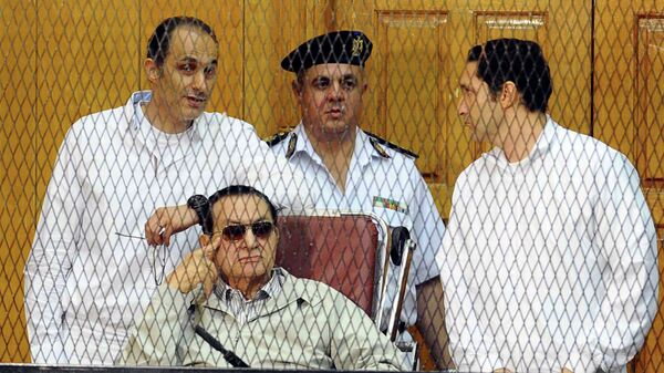 Хосни Мубарак с двумя сыновьями Гамалем и Алаа в суде Каира