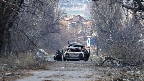 Обстреленный автомобиль с журналистами у населенного пункта Пески в пригороде Донецка. Архивное фото