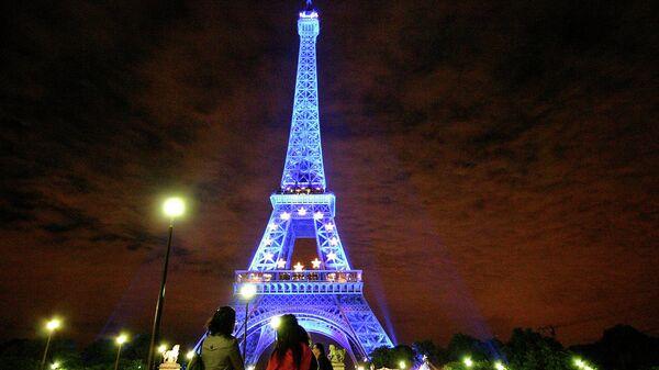 Девушки возле Эйфелевой башни в Париже, Франция