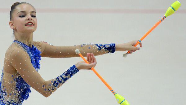 Арина Аверина (Россия) выполняет упражнения с булавами. Архивное фото