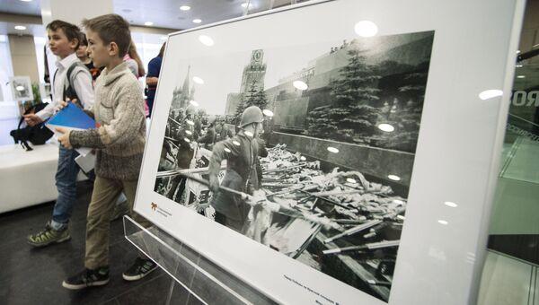 Дети на фотовыставке, посвященной 70-летию Победы в Великой Отечественной войне, Архивное фото в МИА Россия сегодня
