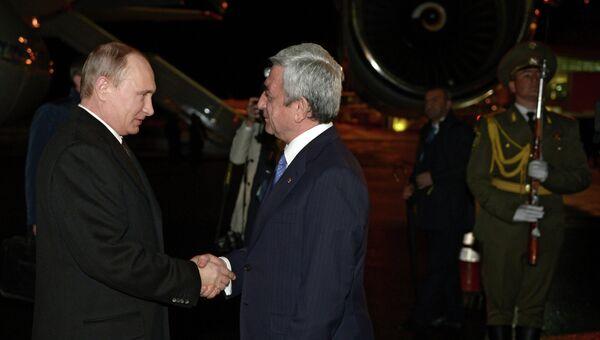 Президент России Владимир Путин (слева) и президент Армении Серж Саргсян в аэропорту Еревана Звартноц.