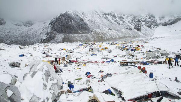 Базовый лагерь альпинистов на Эвересте после схода лавины