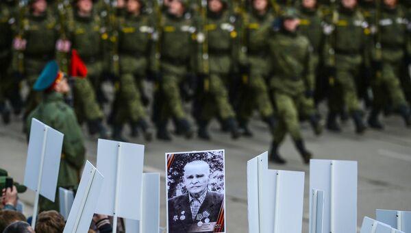 Военнослужащие и зрители во время военно-патриотической акции Под Знаменем Победы