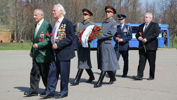Посол США в РФ Джон Теффт и ветераны возложили цветы к знаку Дух Эльбы в Москве