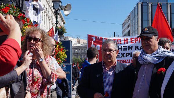 Лидер Компартии Греции Димитрис Куцумбас на первомайской демонстрации в Афинах