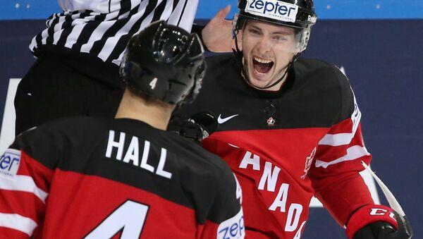 Игроки сборной Канады Тейлор Холл (слева) и Мэтт Дюшейн радуются забитой шайбе в матче группового раунда чемпионата мира по хоккею 2015
