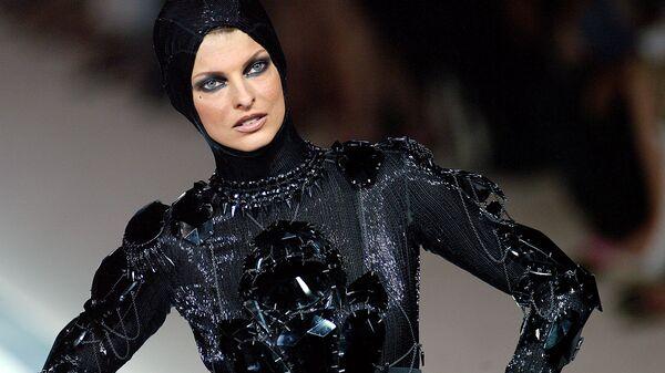 Канадская топ-модель итальянского происхождения Линда Евангелиста в платье от Жан-Поль Готье во время показа в Париже, 2003 год