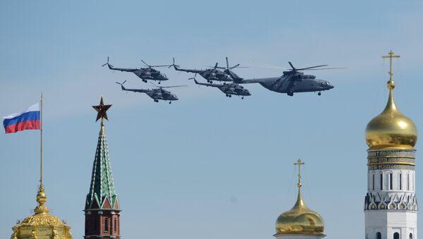 Тяжелый транспортный вертолёт Ми-26, многоцелевые вертолёты Ми-8 во время генеральной репетиции военного парада. Архивное фото